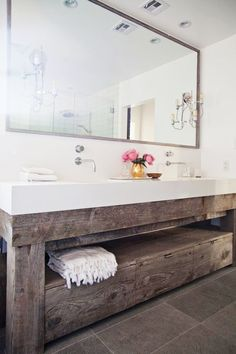 Modern and rustic bathroom vanity from a reclaimed wood || @pattonmelo