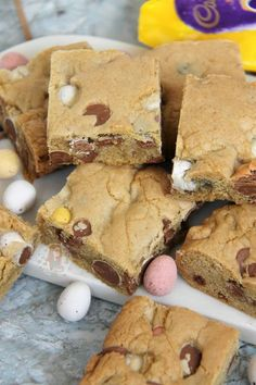 A Yummy Mini Egg & Chocolate Chip Cookie Traybake perfect for Easter. Mini Egg Cookie Bars are my new Favourite! SO, today is the second day of March. This year Easter is quite late in compari… Tray Bake Recipes, Baking Recipes, Cookie Recipes, Dessert Recipes, Cafe Recipes, Baking Ideas, Mini Eggs Cookies, Janes Patisserie, Biscuit Recipe