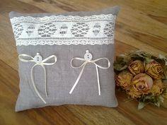 Romantisches Ringkissen im Vintage-Stil. Genäht aus hochwertigem Leinenstoff und verziert mit Klöppelspitze, antiken Wäscheknöpfen und Satinbändchen für die Ringe. Vintage pur!