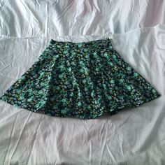 Floral skater skirt  Light weight perfect for any occasion skirt  pair with any crop top  perfect condition  Forever 21 Skirts Circle & Skater