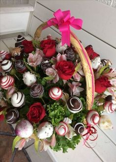 Valentine's Day - mix of chocolate covered strawberries and real roses in a full. Valentine's Day – mix of chocolate covered strawberries and real roses in a full bouquet Christmas Crafts For Adults, Christmas Gift Baskets, Diy Christmas, Pallet Christmas, Christmas Chalkboard, Christmas Trends, Christmas Ornaments, Christmas Decorations, Food Bouquet