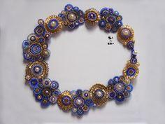 náhrdelník+Japonská+krajka+II.+Autorský,šitý+náhrdelník+má+obvod+cca+39+cm.+Zapínání+na+OT.+Barevná+variace+odstínů+modré+v+kombinaci+se+zlatou.+Náhrdelník+působí+na+krku+velmi+jemně+díky+malému+průměru+korálků.+Oboustranné+provedení+šperku+umožňuje+připnutí+z+obou+sran.+Vhodnéi+pro+alergiky,+neobsahujekov.