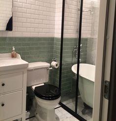 Snyggaste Badrummet - Stiltje Webbutik Tub Surround, Bathroom Inspiration, Bathroom Ideas, Double Vanity, Backsplash, Toilet, Lime, Bathtub, Flooring
