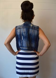 Espalda, vestido rayas blancas y azul.