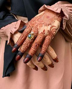 Presenting the Stunning mehndi design by @mehndibyhayat  👉👉Follow @theweddingbels 💖💖for more Inspirational henna ideas   #Hennadesigns #Mehndidesigns #hennaart #weddingbels #Hennaideas #mehndi  Khafif Mehndi Design, Rose Mehndi Designs, Latest Bridal Mehndi Designs, Back Hand Mehndi Designs, Finger Henna Designs, Henna Art Designs, Mehndi Designs For Beginners, Modern Mehndi Designs, Mehndi Designs For Girls