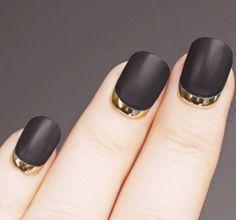 Clasicas y atrevidas, una apuesta segura:  matte black + gold reverse French