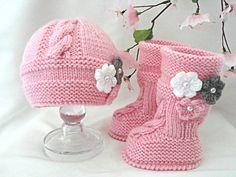 He encontrado este interesante anuncio de Etsy en https://www.etsy.com/es/listing/218730185/bebe-nina-set-crochet-bebe-conjunto-bebe
