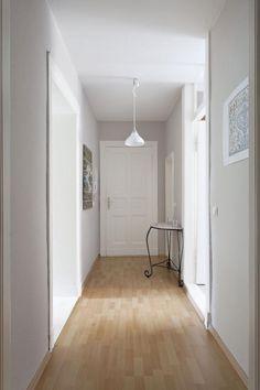 Schöner, heller Flur in weiß mit Laminat in Holzoptik.  #corridor #Berlin #Wohnung