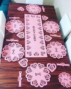 #kecetasarim #kece#ismeozel #amerikanservis #hayırlıolsun Tree Crafts, Felt Crafts, Diy And Crafts, Plasma Cutting, Cutwork, Decoration Table, Table Runners, Wool Felt, Hand Sewing