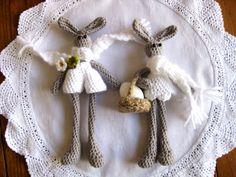 Crocheted Easter bunnies by Helena Haakt (amigurumi paashaasjes haken). Free pattern