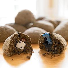 1 taza de harina 1 taza de café molido usado (establecidos a cabo durante la noche para secar) 1/2 taza de sal 1/4 taza de arena 3/4 taza de agua Los premios pequeños, como juguetes de plástico, dados y canicas http://spoonful.com/crafts/treasure-stone