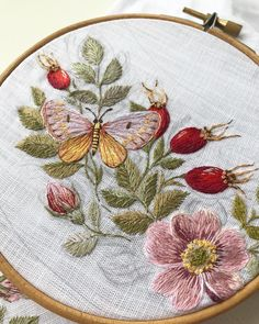 Embroidery Cards, Hand Embroidery Flowers, Flower Embroidery Designs, Creative Embroidery, Simple Embroidery, Hand Embroidery Stitches, Embroidery Hoop Art, Embroidery Techniques, Bead Embroidery Tutorial
