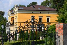 Pałac w Brzezicy postawiony w XIX w. na zlecenie hrabiego Hansa Bernharda von Schweinitza. Do końca II wojny światowej należał do rodziny von Moltke. Jego właścicielem był m.in. Hans Adolf von Moltke – niemiecki dyplomata znany ze swych starań na rzecz poprawy stosunków między III Rzeszą a Polską. Obecnie - własność prywatna.