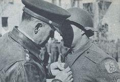 General Lucian Truscott condecorando o sargento Max Wolff com a Medalha Bronze Star