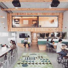Amamos o projeto do escritório do Airbnb em São Paulo! 💙 O clima de Carnaval está inspirando a timeline de hoje, afinal o projeto da sede homenageia a cultura brasileira, trabalhando com designers e materiais locais. 🏡🏢 #interior #decoração #decor #decoration #interiordesign #interiores #decorate #homedecor #interiorstyling #interiordecor #airbnb
