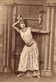 Sarah Bernhardt: Théodora, de Victor Sardou. Photographie de Nadar (1882)- En 1880, elle quitte à nouveau la Comédie-française pour une tournée en Europe et en Amérique, qui sera un triomphe. Rentrée en France en 1882, elle a interprété alternativement sur les scènes parisiennes et les scènes étrangères, avec le même prodigieux succès, les personnages les plus divers: Macbeth, La Dame aux camélias, La Tosca, Cléopâtre, Jeanne d'Arc, La Samaritaine, Lucrère Borgia.
