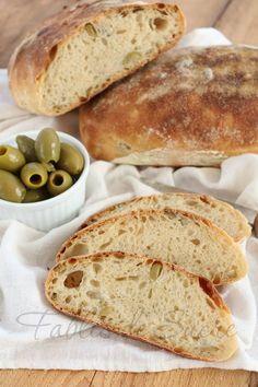Pane alle olive con pasta madre: con una crosta sottile e delicata, con un procedimento facile, pezzetti di olive gustossissimi e olio EVO, molto saporito.