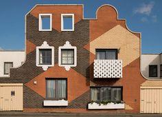 Des premières structures primitives aux œuvres de Mies van der Rohe, Alvar Aalto, Frank Lloyd Wright… voici les plus belles prouesses architecturales composées de brique. Islington Square, Manchester, UK, 2006, FAT Architecture.