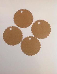 Tags Kraft <br> <br>Especificar no momento da compra: <br>REDONDO BORDA LISA <br>REDONDO BORDA DECORADA <br>FITA <br>TEXTO <br> <br> <br>Confeccionado em papel kraft 250 gr. <br> <br>Tamanho: 5 cm de diâmetro <br> <br>Tag kraft: R$0,35 <br> <br>Tag kraft + texto e/ou logo: R$0,50 cada <br> <br>Tag kraft + texto e/ou logo + fita = R$0,60 cada <br> <br>Pedido minimo: 20 unidades <br> <br>Valor fixo do frete: R$8,00 por carta registrada