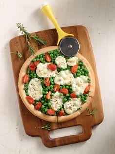 Απίθανη πίτσα της στιγμής με αρακά, ντοματίνια και μοτσαρέλα (Φωτογραφία: Γιώργος Δρακόπουλος) Hummus, Camembert Cheese, Ethnic Recipes, Food, Essen, Meals, Yemek, Eten