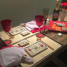 Mesa linda, romântica e japonesa do jeito que eu amo! Preparei esse jantar para o meu marido da última vez que ele esteve aqui! A louça japonesa linda é da @vestindoamesa  Na verdade é um kit que vem com o jogo americano, a louça, hashi e porta hashi! Amei MUITO! #mesaposta #mesajapa #diadosnamorados #blogvidadecasada