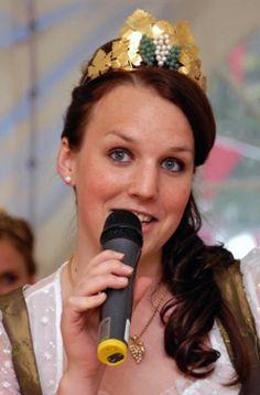 Weinkönigin der Hessischen Bergstraße: Franziska Mohr  Ein Porträt über Sie unter: http://weine.inbrd.de/content/weink%C3%B6nigin-hessische-bergstra%C3%9Fe-2012-2013-franziska-mohr