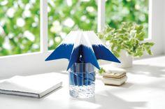 エレメンツ どこでもモイスチャー 富士山。グラスに水を注いで、本品を差し入れるだけでお部屋の乾燥対策になります。風と室内湿度の作用により、吸水フィルターから空気を送り出す自然気化方式だから、電気を使いません。