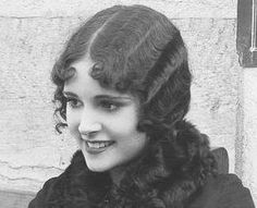 Dorothy Janis (February 1912 – March was an American silent film actress who went on to make five films: four silents and one talkie. Vintage Hollywood, Hollywood Glamour, Hollywood Stars, Silent Film Stars, Movie Stars, Timeless Beauty, Classic Beauty, Vintage Photographs, Vintage Photos