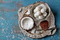 Τρουφάκια καρύδας με ζαχαρούχο γάλα