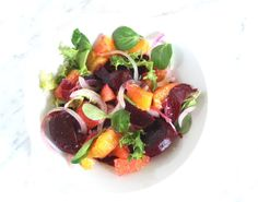 Prima che comincino le abbuffate di Natale, stiamo leggeri con una splendida insalata di barbabietole e arance!