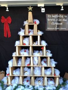 18 Times Libraries Had the Best Holiday Displays Ever School Library Displays, Middle School Libraries, Library Themes, Library Activities, Elementary Library, Library Ideas, Library Decorations, Public Libraries, Noel Christmas