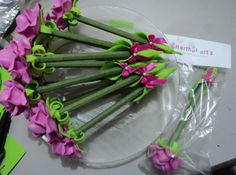 canetas decoradas com mini-rosas de e.v.a, Herthal art's Flower Pens, Pens And Pencils, Clay Art, Creative Art, Paper Flowers, Baby Shower Gifts, Party Favors, Crafty, Wedding