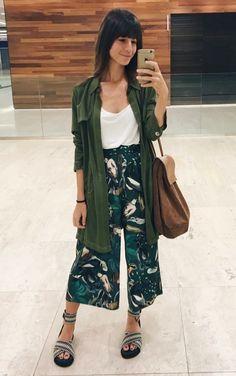 Musa do estilo: Larissa Busch. Regatinha branca, pantcacourt fluida estampada, parka verde militar, sandália de tiras