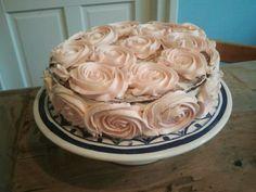Rozen taart, beetje mislukt omdat ik te weinig boter crème had maar goede oefening... @handmadebylenicka