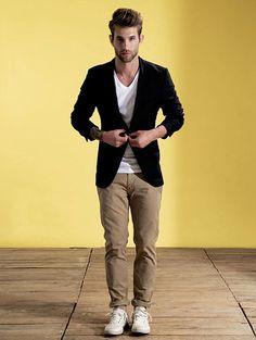 CALÇA CÁQUI - Queridinha da vez, a calça caqui sempre acerta. Em visual esportivo ou social, rende um look certinho sem ficar careta.