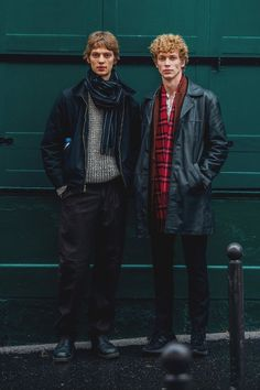Click through for the best street style looks spotted at Paris Menswear Fashion Week Fall/Winter captured live by Jonathan Daniel Pryce. Fashion Week Hommes, Mens Fashion Week, Fashion Tips For Women, Winter Fashion, Men's Fashion, Fashion Spring, Simple Street Style, Street Style Looks, Vogue Paris