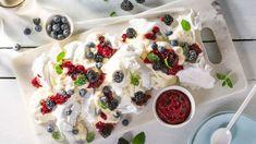 Knust pavlova med bakt bringebærsaus - Oppskrift fra TINE Kjøkken Frisk, Pavlova, Panna Cotta, Tin, Raspberry, Sweet Tooth, Pudding, Baking, Ethnic Recipes