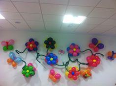 Decoración de pared con flores, mariposas y espirales.