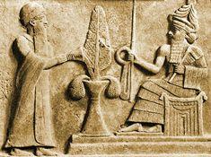 Sumeria: Dios lunar Nannar:  En esta imagen podemos observar al dios lunar Nannar. Lleva un Kaunakés (prenda que le  cubre un hombro y brazo, de lana cardada con largos mechones envuelve al cuerpo).