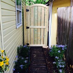 Weekend Projects: 5 Ways to DIY a Fence Gate - DIY Fence Gate – Tall Wooden Garden Gate Source by cathasimons - Building A Wooden Gate, Wooden Garden Gate, Wooden Gates, Wooden Fences, Garden Gates And Fencing, Garden Doors, Diy Gate, Diy Fence, Fence Ideas