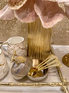 Glamour Living Room, Decor Home Living Room, Home Decor, Tea Bars, Coffee Station Kitchen, Gold Home Accessories, Tea Station, Color Interior, Gold Feathers