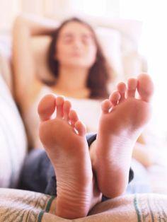 Was haben Mundspülung, Zwiebeln und Paprika denn mit Füßen zu tun? Eine ganze Menge, denn diese Hausmittel pflegen unsere Füße gesund und helfen gegen Nagelpilz, Hühneraugen und Co!