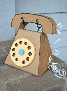 Telefoon van karton - Cardboard Telephone via ikat bag Kids Crafts, Family Crafts, Craft Projects, Arts And Crafts, Craft Kids, Diy Karton, Cardboard Toys, Cardboard Crafts Kids, Cardboard Playhouse