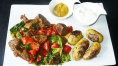 Kartoffeln mit dem warmen Steaksalat auf dem Teller anrichten, dazu noch etwas Kräuterquark und ein fruchtiges Chutney reichen.