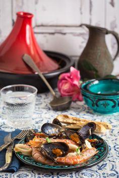 El tajine de marisco con mejillones, gambas y calamares con una salsa ligeramente picante, para untar pan es sencillo de preparar y te sorprenderá.