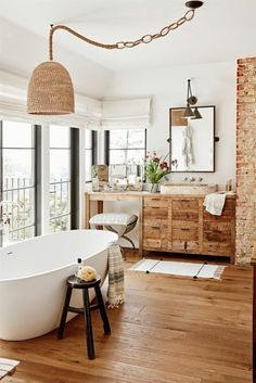 ambiance cocooning, grandes fenêtres, baignoire blanc, armoire de toilette en bois, cozy deco