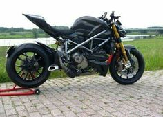 Ducati Streetfighter S with a extreem exhaust