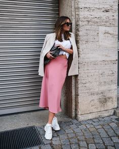 Rock, 26 £ bei Zara - Wheretoget - Pretty In Pink - kleidung Pink Skirt Outfits, Pink Midi Skirt, Midi Skirt Outfit, Satin Midi Skirt, Mini Skirt, Dress Skirt, Mode Outfits, Chic Outfits, Spring Outfits