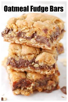 These delicious oatmeal fudge bars are filled with oatmeal cookie layer and a delicious fudge layer. A great alternative to chocolate chip cookies. Cake Bars, Köstliche Desserts, Dessert Recipes, Bar Recipes, Great Desserts, Kitchen Recipes, Drink Recipes, Pasta Recipes, Cupcakes