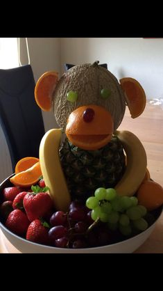 Fun chimpance fruit centerpiece summer exotic buffet for kids Decoration table party event reception Healthy food  Easy Inexpensive++ Divertida escultura centro decoracion mesa recepcion fiesta Fruta en forma de chimpance o mono ideal fiestas niños infantiles facil sano saludable postre